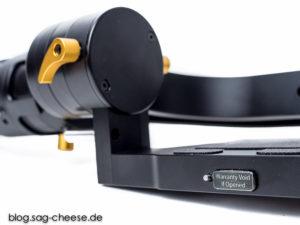 Hinter dem Siegel versteckt sich der zweite microUSB Anschluss, über den der DS1 mittels passender Software neu abgestimmt werden kann. Links daneben der Reset-Taster