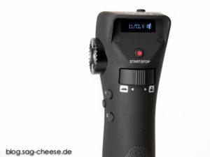 Wippe zur Fokusverstellung, Taste für Aufnamestart und - stop, Brennweite und Arbeitsblende werden im Display angezeigt