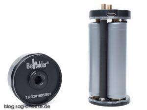 Batteriehalter und Bodenstück vom DS1. Gut zu erkennen das 3/4 Fotogewinde sowie die microUSB Buchse zum Laden der 3 Akkus